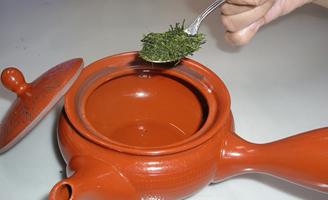 2 お茶の葉を急須に入れる