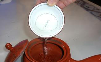 3 湯呑みのお湯を急須にうつす